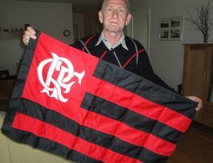 Rimbo Lundblad em casa, na Suécia, com a bandeira do Flamengo (Foto: Rafael Maranhão / GLOBOESPORTE.COM)