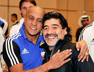 Maradona e Roberto Carlos se encontram na Rússia (Foto: Reuters)