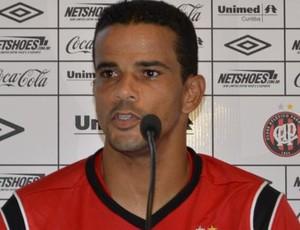 Bruno Mineiro, atacante do Atlético-PR, no CT do caju (Foto: Jaírton Conceição/RPCTV)