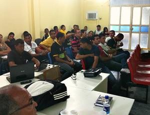 Árbitros, assistentes e alunos participaram da palestra de arbitragem do instrutor da CBF Márcio Brandão (Foto: Paulo Rogério/Globoesporte.com)