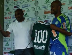 César Sampaio dá a Marcos Assunção a camisa do Palmeiras com o número 100 (Foto: Daniel Romeu / globoesporte.com)