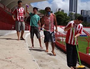 Com muito bom humor, alvirrubros promoveram limpeza nos Aflitos (Foto: Elton de Castro/Globoesporte.com)
