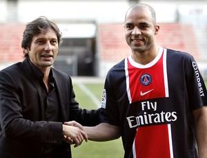 Alex é apresentado no PSG ao lado de Leonardo (Foto: AFP)