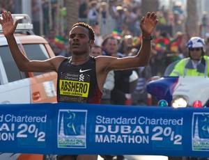 Ayele Abshero cruzou a linha de chegada em tempo recorde de 2h04m23s (Foto: Reprodução IAAF)