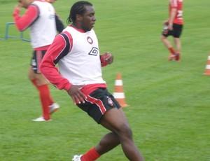 Manoel, zagueiro do Atlético-PR, em treino (Foto: Fernando Freire/GLOBOESPORTE.COM)