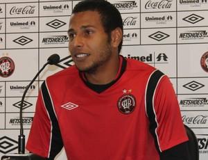 Rodolfo, goleiro do Atlético-PR, NO CT do Caju (Foto: Fernando Freire/GLOBOESPORTE.COM)