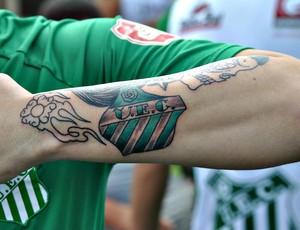 Vinícius Maestri, torcedor apaixonado pelo Uberlândia Esporte, tatua escudo do time no braço (Foto: Arquivo Pessoal / Vinícius Maestri)