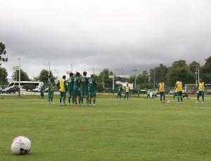 Coritiba treina cobranças de faltas (Foto: Gabriel Hamilko / GloboEsporte.com)