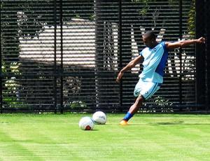 Jobson chuta bola treino Botafogo (Foto: André Casado / GLOBOESPORTE.COM)