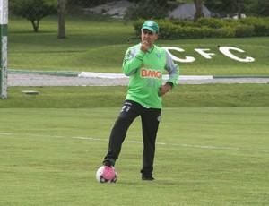 Marcelo Oliveira observa o treino do Coritiba (Foto: Gabriel Hamilko / GloboEsporte.com)