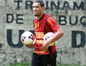 Zagueiro Bruno Aguiar deve ser fazer sua estreia com a camisa do Sport  (Foto: Aldo Carneiro)