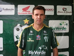 Cléber Goiano posa com a camisa do Rio Verde (Foto: Vanderli Silvestre / E. C. Rio Verde)