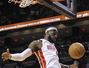 Lebron heat x Hornets (Foto: AP)