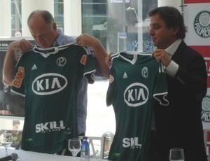 Felipãoe Tirone apresentam a nova camisa do Palmeiras (Foto: Daniel Romeu / Globoesporte.com)