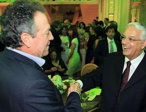 Celso Barros com Abel Braga durante festa (Foto: Agência Photocâmera)
