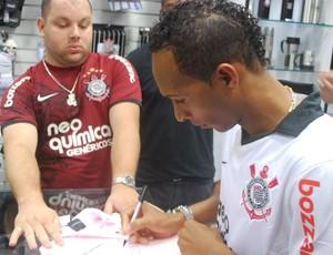 Liedson em sessão de autógrafos (Foto: Marcos Guerra/ Globoesporte.com)