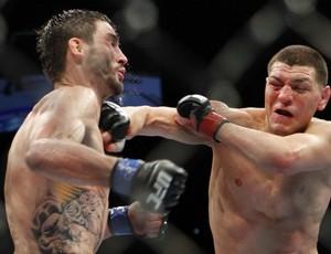 Condit e Diaz duelam no UFC 143 (Foto: Agência AP)