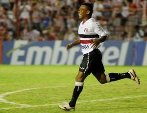 Carlinhos Bala, atacante do Santa Cruz (Foto: Aldo Carneiro)