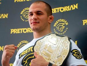 Júnior Cigano posa com o cinturão de campeão dos pesos pesados do UFC (Foto: Marcosa Guerra / Globoesporte.com)