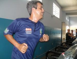 Emerson Ávila observa corre durante treino do Nacional-MG (Foto: Cleber Corrêa)