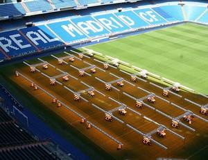 Estádio Santiago Bernabeu máquinas gramado (Foto: Divulgação)
