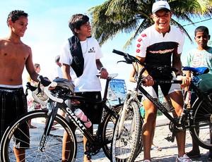 Mauro Cavanhas brinca de com a bicicleta dos jovens de Búzios (Foto: Alfredo Bokel / Globoesporte.com)