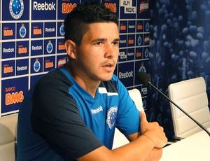 Diego Renan durante entrevista do Cruzeiro (Foto: Marco Antônio Astoni / Globoesporte.com)