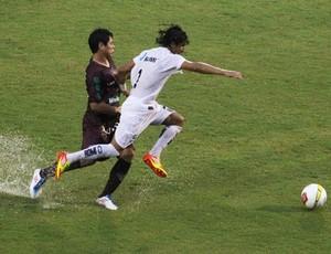 Meia Bruno tenta desarma o lateral direito Alex (Foto: Divulgação)