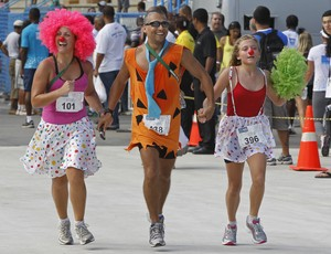 Corre ai na Sapucaí: corredores fantasiados no evento (Foto: Getty Images)