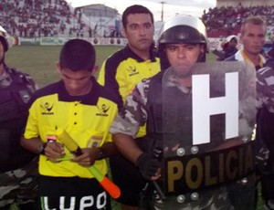 Por causa de confusão, arbitragem permaneceu em campo durante intervalo de jogo (Foto: Damião Lucena)