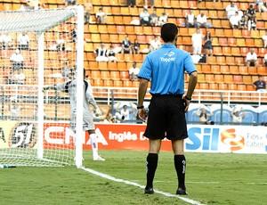 árbitro adicional na linha de fundo da partida de futebol (Foto: Futura Press)