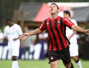 Bruno Furlan gol Atlético-PR (Foto: Geraldo Bubniak / Ag. Estado)