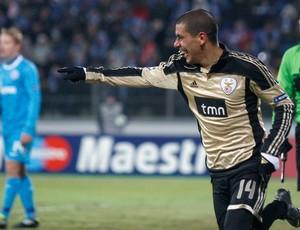 Maxi Pereira comemorando gol do benfica contra o Zenit (Foto: Reuters)
