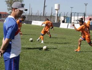 Técnico Paulo Turra observa jogadores do Cianorte durante treino (Foto: Andy Iore / Comunicação GMR)
