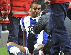 Danilo deixa o jogo do Porto lesionado contra o Manchester City (Foto: AFP)