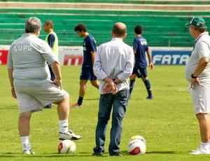 Presidente Marcelo Mingone (centro) acompanha treino do Guarani ao lado de Vadão (Foto: Rodrigo Gianesi/Globoesporte.com)