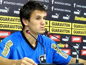 Lucas na coletiva do Botafogo (Foto: André Casado / Globoesporte.com)