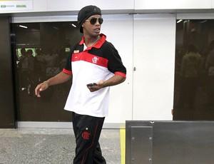 Ronaldinho Gaúcho no desembarque do Flamengo no Rio de Janeiro (Foto: Alexandre Cassiano / Agência O Globo)