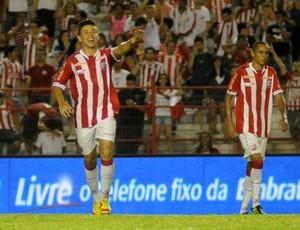 Siloé marca duas vezes na vitória do Náutico contra o Central (Foto: Aldo Carneiro)