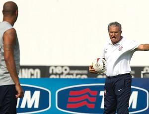 Tite com Adriano no treino do Corinthians (Foto: Daniel Augusto Jr./ Ag. Estado)