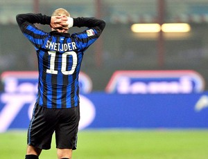 Sneijder lamenta gol do Bologna contra o Inter de Milão (Foto: AFP)