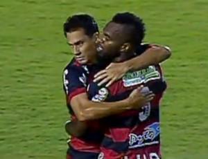 Tadeu comemora gol do Oeste em jogo contra a Ponte Preta (Foto: Reprodução/SporTV)