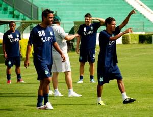 Fabinho brinca durante treino do Guarani (Foto: Rodrigo Gianesi / Globoesporte.com)