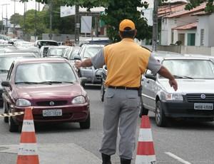 agente de trânsito em joão pessoa (Foto: Francisco França / Jornal da Paraíba)