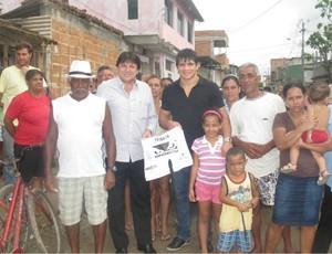 Empresário Antonio Perovano e lutador Erick Silva doam cestas básicas em Vila Velha, ES. (Foto: Divulgação/RG Comunicação)