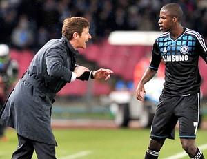 Andre Villas-Boas e Ramires na partida do Chelsea contra o Napoli (Foto: AFP)