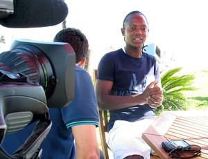 Andrezinho do Botafogo durante entrevista na praia (Foto: André Casado / Globoesporte.com)