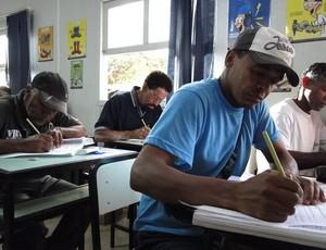 Evaldo e Sebastião na sala de aula (Foto: Lucas Catta Prêta / GLOBOESPORTE.COM)