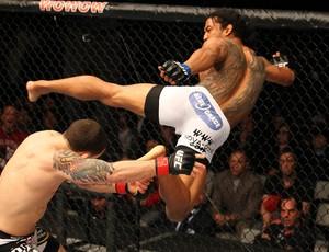 Frankie Edgar tenta derrubar Ben Henderson no UFC 144 (Foto: Getty Images)
