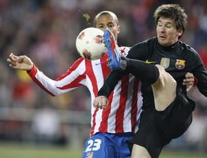 Messi disputa bola com o zagueiro brasileiro Miranda (Foto: Agência Efe)